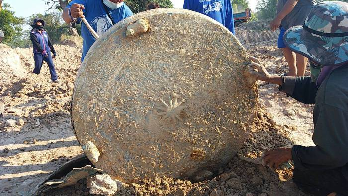 มุกดาหารขุดพบกลองมโหระทึกโบราณ ทำจากทองเหลือง อายุสองพันปี